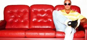 Patrão no sofa vermelho