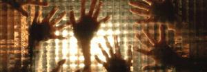 Várias mãos em um vidro translúcido