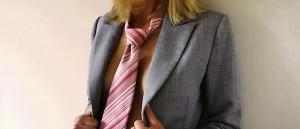 Mulher vestida apenas com terno e gravata