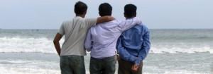 Três homens abraçados