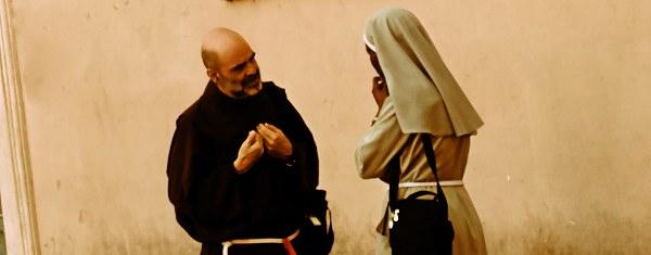 Monge e freira conversando