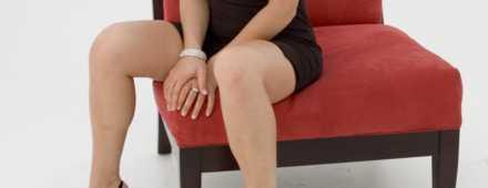 Mulher sentada em cadeira