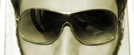 Homem usando óculos escuros