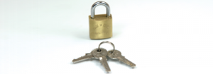 Cadeado trancado e ao lado várias chaves