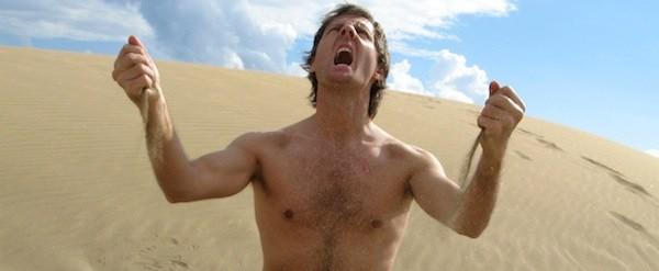 Homem com raiva no deserto