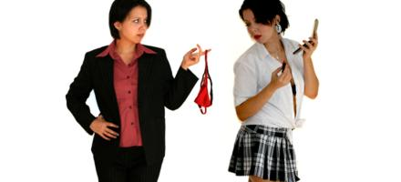 uma mulher segurando uma calcinha vermelha e a outro olhando