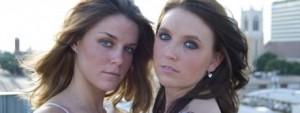 Duas moças olhando para a câmera