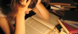 Garota debruçada sobre um livro