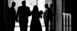 Casal saindo da igreja