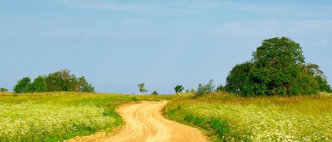 Estrada de terra, céu azul