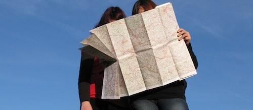 Casal olhando mapa