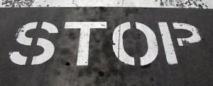 Rua pintada com STOP