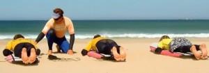 Treinador ensinando a surfar na praia