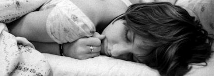 Mulher deitada, satisfeita após noite de sexo