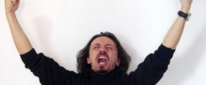 homem comemorando com os braços para cima