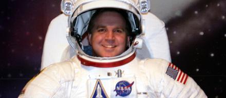 Astronauta sorrindo para foto