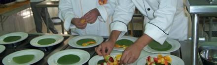 Cozinheiros preparando pratos