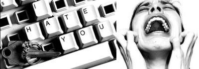 teclado de computador quebrado e mulher em desespero