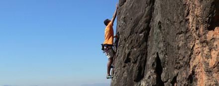 Homem escalando