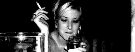 Mulher bebendo e fumando