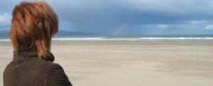 Mulher em uma praia deserta