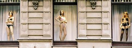 Mulheres se expondo de lingerie em vitrine de loja