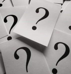 Pontos de interrogação escritos em folhas separadas