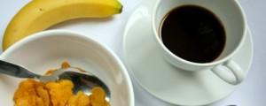 Café, banana e cereal