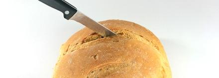 Faca cortando o pão em pedaço