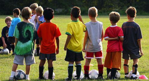 Garotos no campo de futebol
