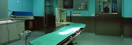sala de um hospital com destaque para a maca