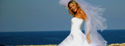 Mulher vestida de noiva perto do mar
