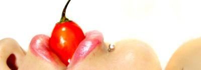 boca mordendo uma pimenta