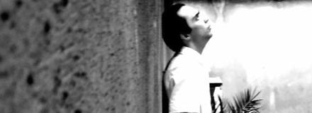 Homem encostado em uma parede