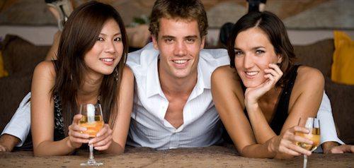 Um homem e duas mulheres se divertindo