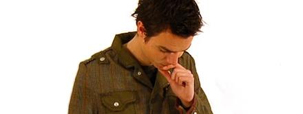 Homem com mão na boca