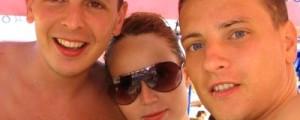 dois homens e uma mulher na praia