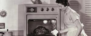Mulher cozinhando um peru assado