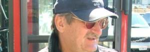 Homem de bigode, óculos escuro e bone