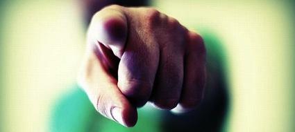 Mão com o dedo apontado para você