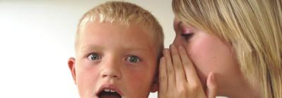 Mulher sussurrando para uma criança